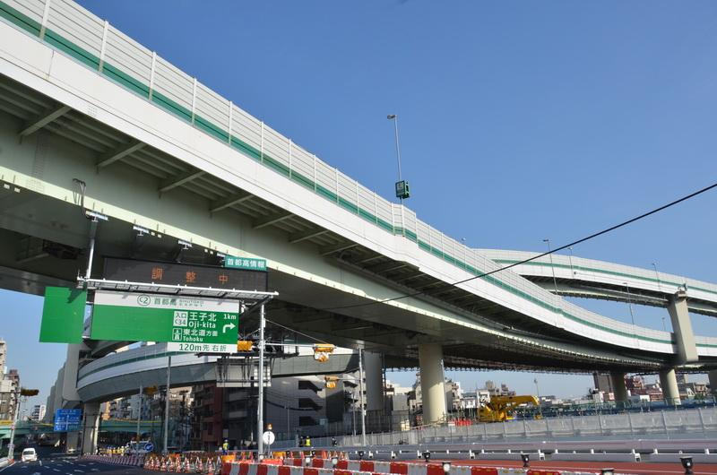 中央の高架橋が首都高中央環状線の本線。上から左奥に延びる高架橋は王子北出入口へつながる