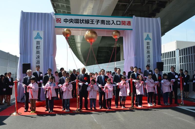 テープカットは、太田国土交通大臣、高島都議会議長、花川北区長などの来賓者や地元小学生などにより行われた