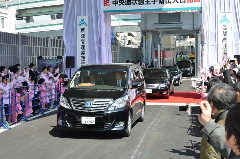 走り初めの先頭車両には、太田国土交通大臣が乗車