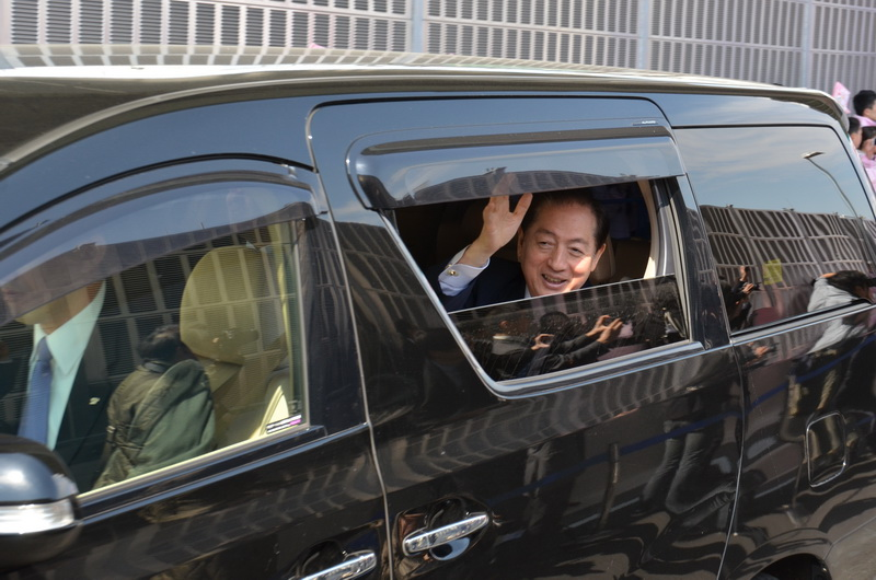 車内から手を振る太田国土交通大臣