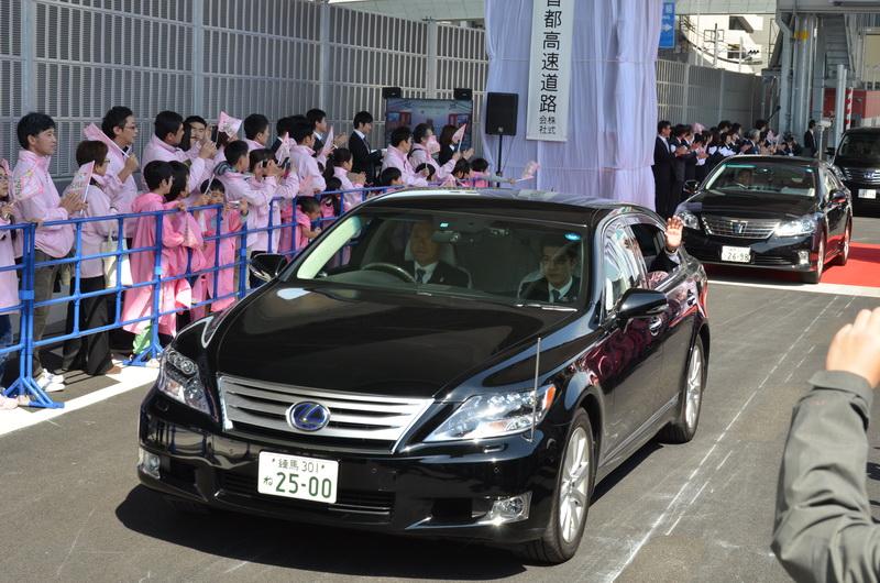 その後、高島都議会議長、花川北区長などを乗せた車が通過