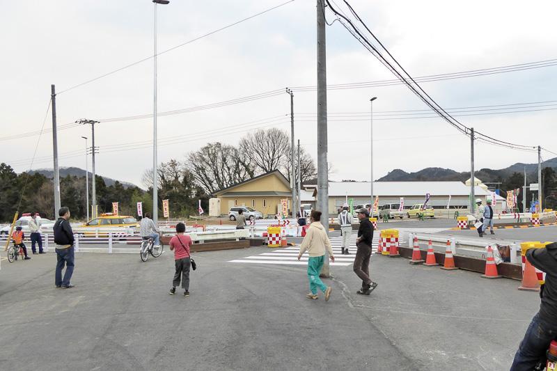 開通直後の津久井広域道路、緑区根小屋側。先導車両がまさに走りだす瞬間