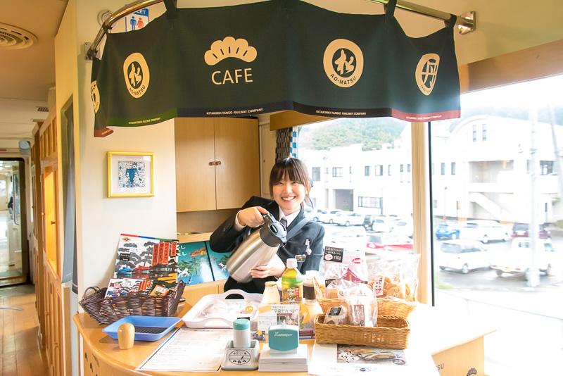 車内には販売カウンターがあり、コーヒー(250円)、紅茶(250円)、宇治茶(150円)、地元のみかんジュース、りんごジュース、ぶどうジュース(各300円)や名産品のお菓子などが購入できる