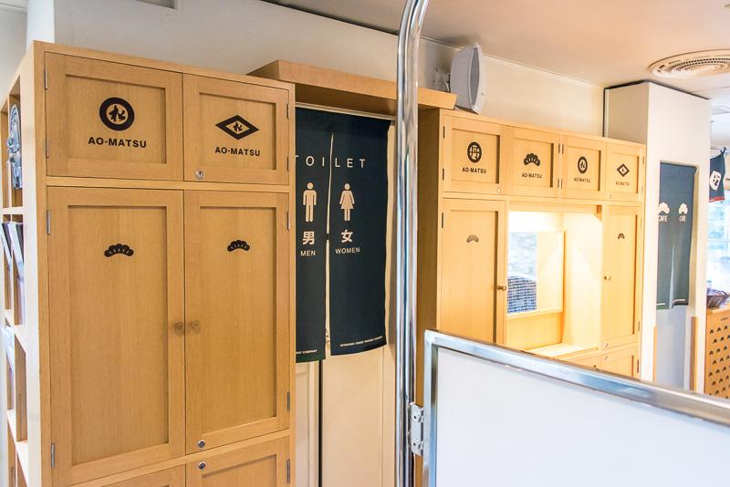 お手洗いの入り口も列車というよりカフェのよう