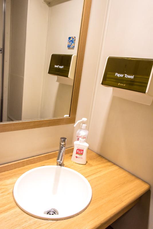 小さいながらも鏡の広い化粧室を完備