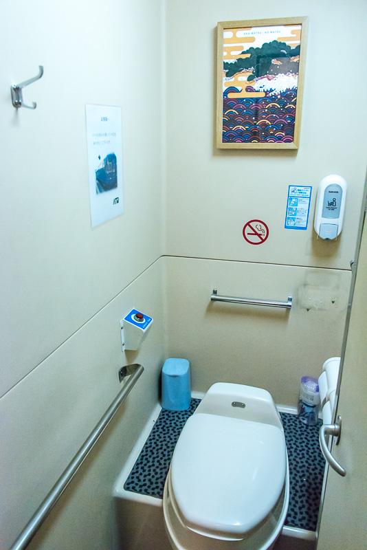 お手洗いの個室内は改造される前の雰囲気が残るが洋式となっている