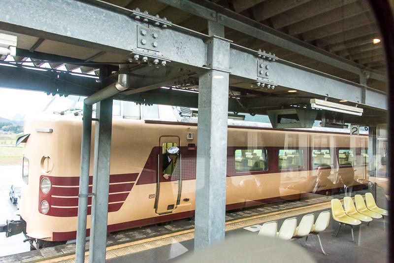 途中の駅では、JR西日本が乗り入れを行っている特急「はしだて」との交換が見られた