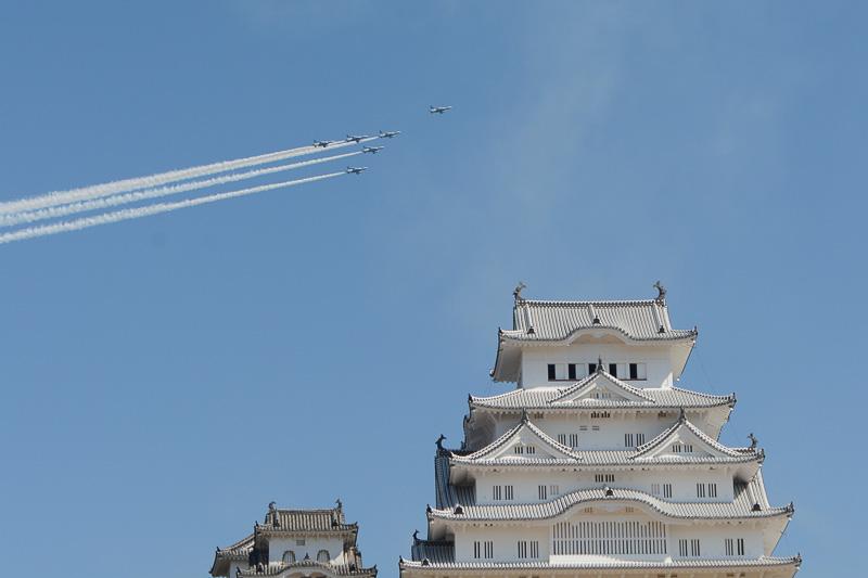 姫路城上空を祝賀飛行したアクロバットチーム「ブルーインパルス」