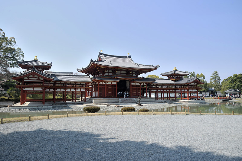 平等院鳳凰堂は、中央の中堂、左右の翼廊、さらに中堂の背後にある尾廊の4棟で構成されている