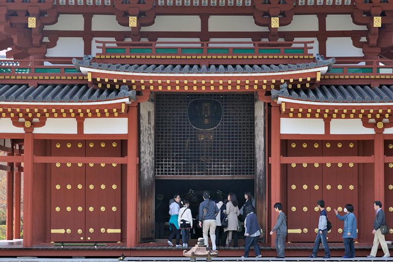中堂には、高さ約2.5mの金色の阿弥陀如来像が安置されている。仏像の顔を外から望めるよう格子の中央部には窓が設けられている