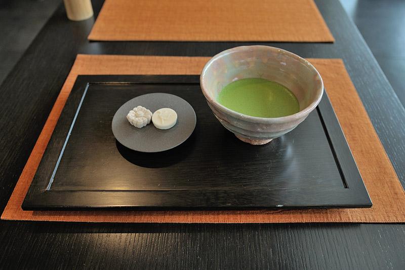 鳳翔館近くにある宇治茶カフェ「茶房 藤花」では本格的な宇治茶が楽しめる。メニューは抹茶、煎茶、玉露のみとシンプル。写真は抹茶(税込540円)。鳳凰がデザインされた和菓子が添えられていた