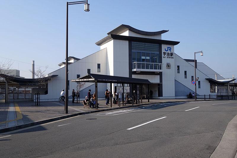 JR宇治駅。いかにも京都らしい、個性的な外観だ
