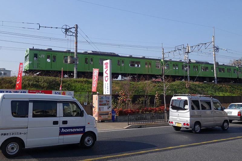JR奈良線の各駅停車(103系)も見事な抹茶色
