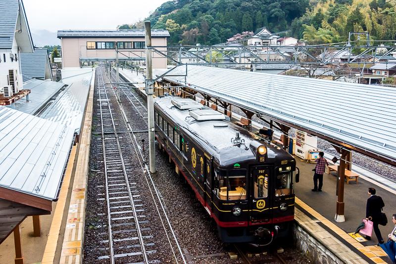 天橋立駅2番線に停車する「くろまつ」。報道関係者などが乗り込んだ