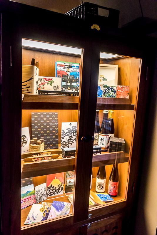 地元の特産品を展示する棚