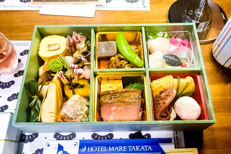 ローストビーフを中心にお刺身、焼き魚、「まいづる肉じゃが」「舞鶴平天稲荷」、点心各種と丹後地方の食材をふんだんに使ったメニュー