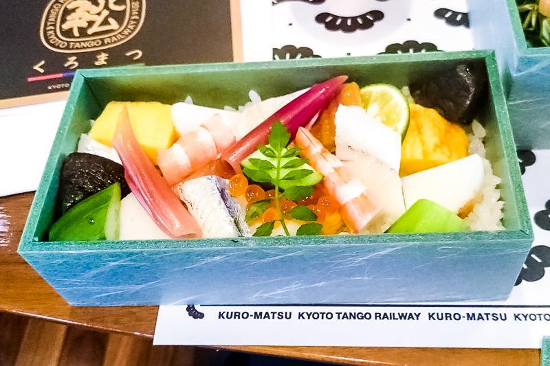 「ちらし寿司」というよりも「海鮮丼」といった豪華な内容