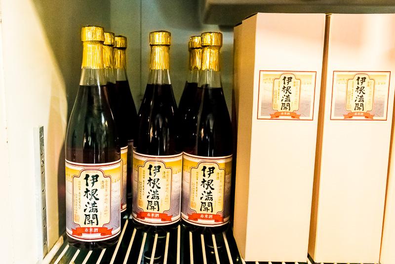 """「伊根満開」は京都府与謝郡伊根町にある「向井酒造」での直接購入や通販での取り寄せもできる(<a class="""""""" href=""""http://kuramoto-mukai.jp/"""">http://kuramoto-mukai.jp/</a>)。"""