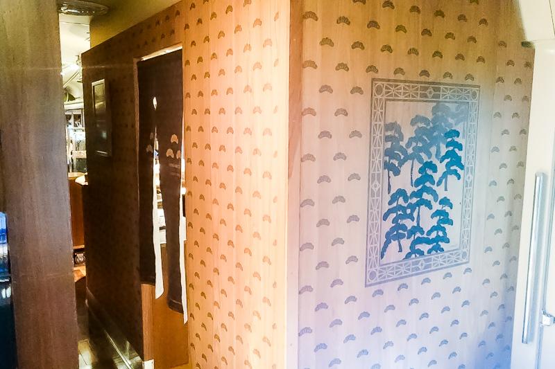 お手洗いの入口も木の壁に松が使われて和モダンな雰囲気