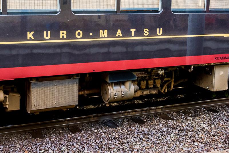 エンジンは新潟原動機製の「6H13AZ」。330PSと一般的に気動車に比べて出力が高い。