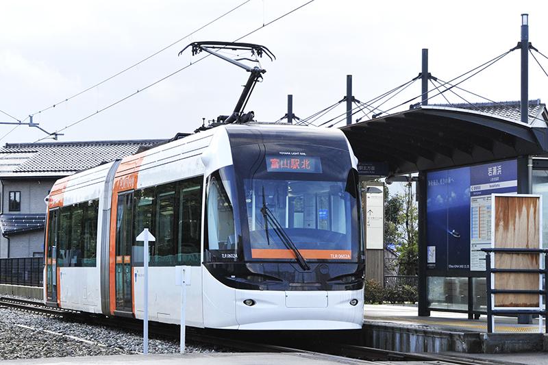 富山ライトレールの低床式連接路面電車「TLR0600形」、愛称「ポートラム」
