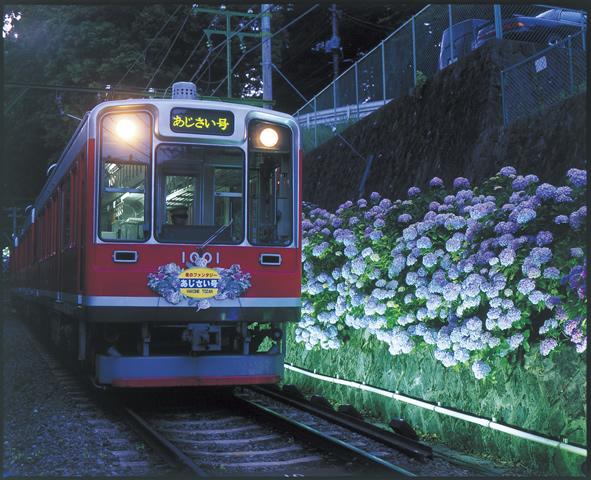 箱根登山鉄道の「クモハ1000形」。「夜のあじさい号」にはヘッドマークが掲出される