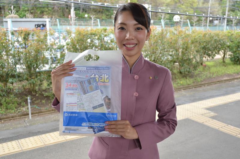 乗車する乗客には、CAからチャイナエアラインのノベルティなどが入った袋が配られた