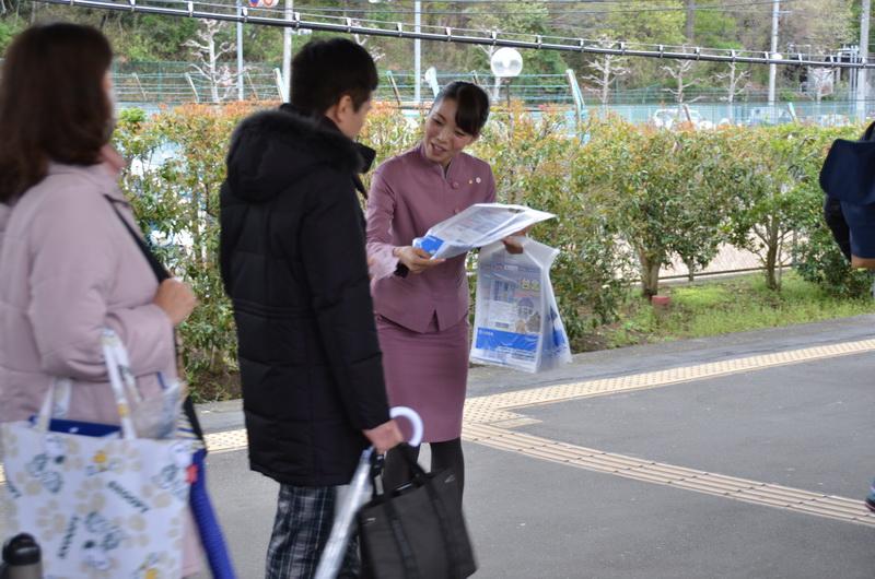 乗客ひとりひとりにCAが袋を配布