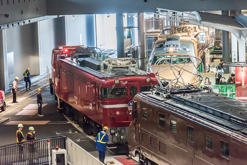 EF55とED75の連結が外され、ED75が入換用のディーゼル機関車に引かれて元の展示場所まで移動