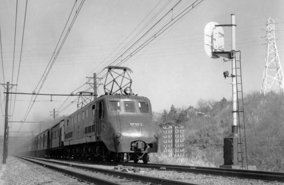昭和20年代に東海道本線を走行する「EF55 1」。当時は蒸気機関車の蒸気を使って客車を暖房していたため、暖房用に蒸気を発生させる暖房車が機関車の次に連結されている