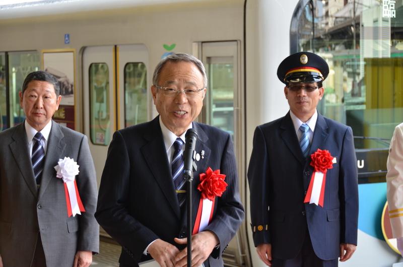祝辞を述べる、豊島区長の高野氏