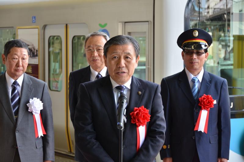 同じく祝辞を述べる、飯能市長の大久保氏