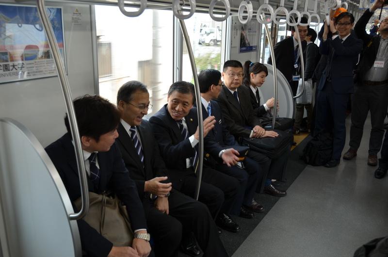 臨時電車には、飯能市長の大久保氏も同乗。台湾鉄路の関係者も乗車した