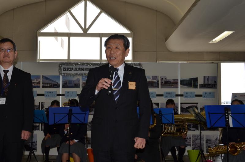 飯能駅でのセレモニーで祝辞を述べる飯能市長の大久保氏