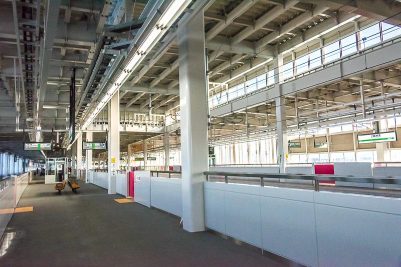 上越妙高駅のホーム。豪雪地帯の駅らしくホーム全体が屋根で覆われている