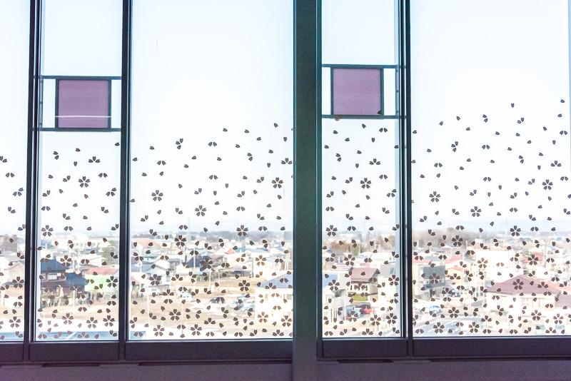 ホームの窓にある桜の模様の飾り