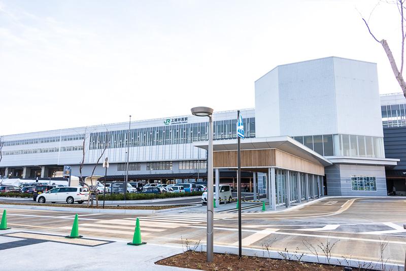 上越妙高駅の東口。タクシー乗り場とバス乗り場、JR東日本の駅レンタカー「トレン太くん」がある