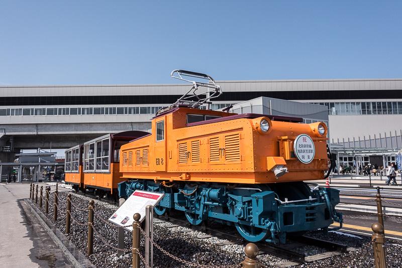 「新黒部駅」の駅前には「黒部峡谷トロッコ電車」で使われた「ED凸形」機関車と客車「ハ形」が展示してある
