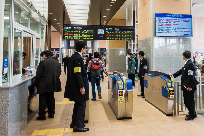 「新高岡駅」の改札口