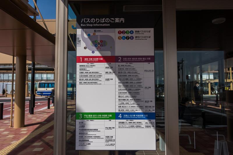バスは「新高岡駅」の南口から発着。乗り場は4つある