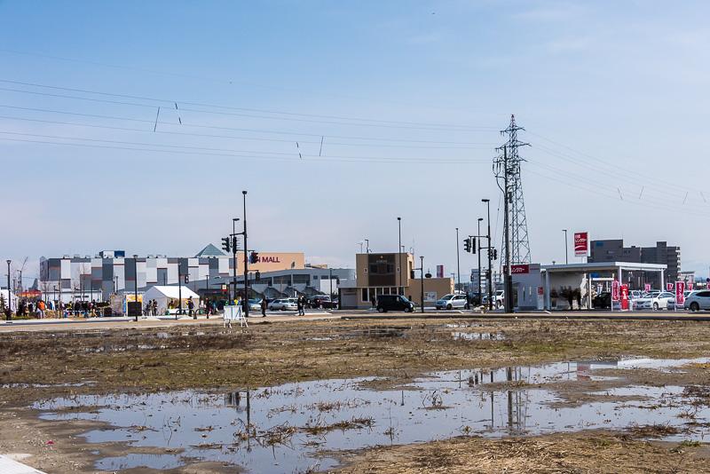 「新高岡駅」の南口の近隣にはニッポンレンタカーや「イオンモール高岡」がある