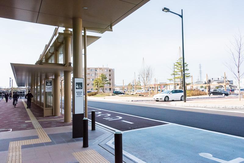 「新高岡駅」の北口