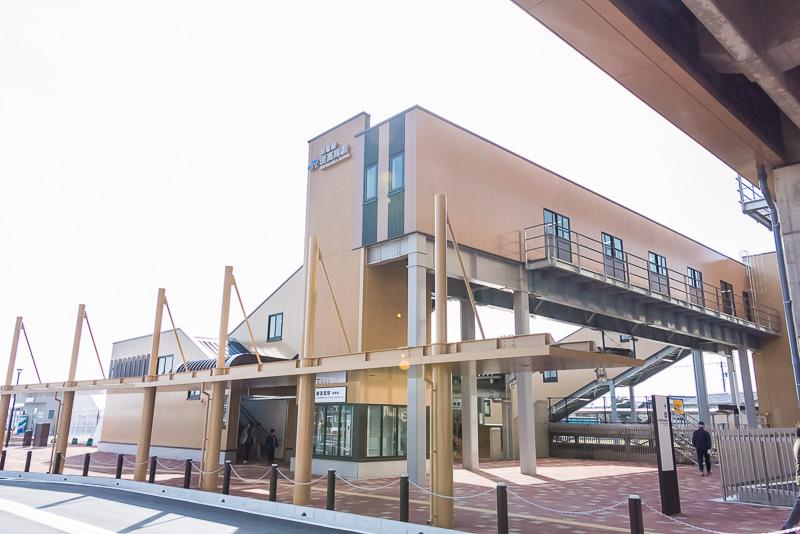 城端線の新高岡駅。1面1線の無人駅