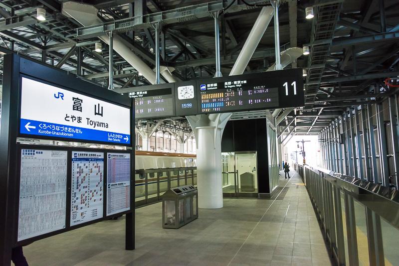 富山駅の11番線、12番線。他の北陸新幹線の駅と同じに駅全体が降雪対策で屋根で覆われている