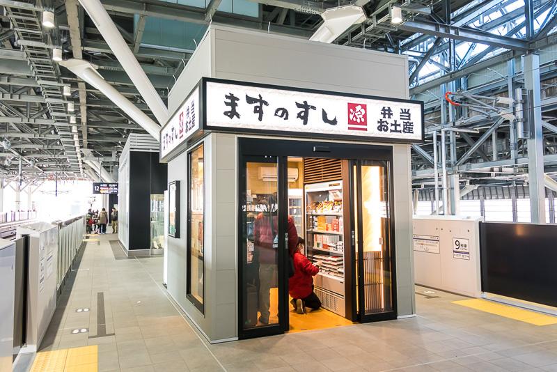 11番線と12番線ホームには、富山名物「ますのすし」などの駅弁やお土産を売る小さい売店がある
