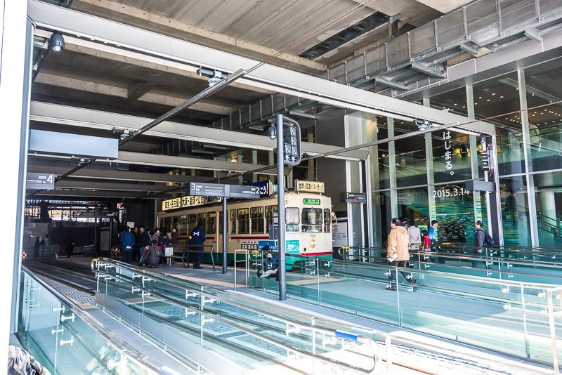 駅の建物内と駅の外からのアクセスが容易な設計。通路はバリアフリー設計となっている