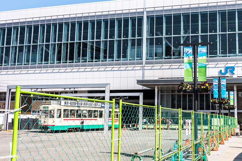 新幹線の高架下に駅があるため、市電が駅の富山駅の建物内に乗り入れる