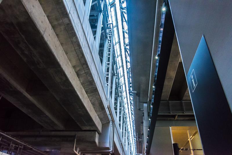 新幹線の高架(右)と在来線の高架(左)。この境目の部分に通路がある