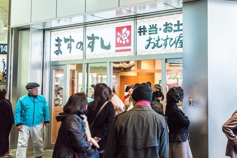 中央改札口の脇にも富山名物「ますのすし」や駅弁、お土産を売る売店がある