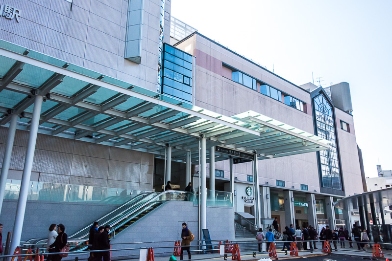 駅の南側には商業施設「ESTA」「マリエとやま」がある